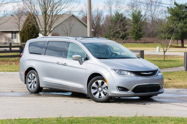 2018 Chrysler Pacifica Hybrid front quarter