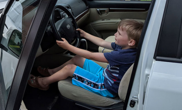 boy-drives-car-for-candy-e1560784353792-610x371 taciki.ru